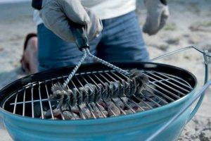 éteindre les braises d'un barbecue à charbon de bois
